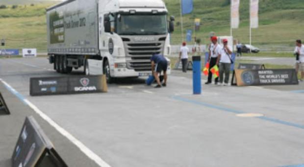 """""""Scania-Young European Truck Driver"""": Tiruri, femei frumoase, bărbaţi puternici şi premii consistente"""
